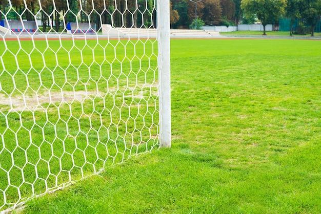 Крупный план футбольных ворот на стадионе.