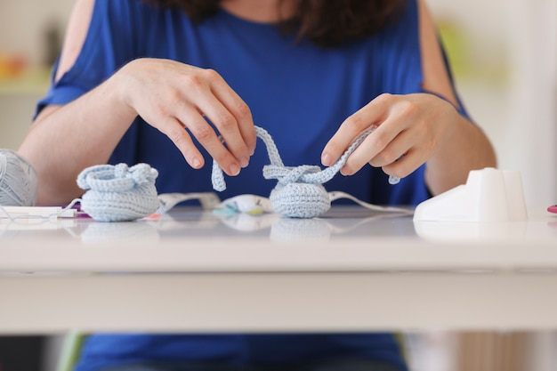 ウールの工芸品を扱うフリーランスの女性のクローズアップ