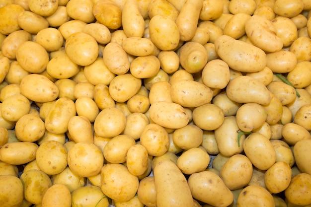 Крупный план свежего сырого картофеля