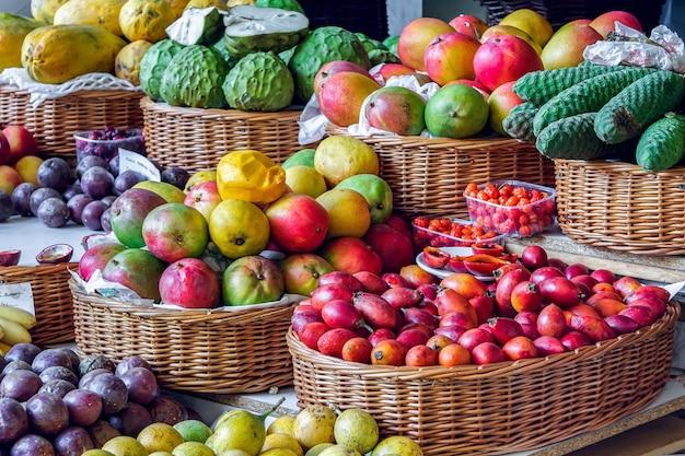 フンシャルの覆われた市場での果物と野菜の屋台のクローズアップ