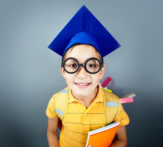 Крупным планом гения в очках