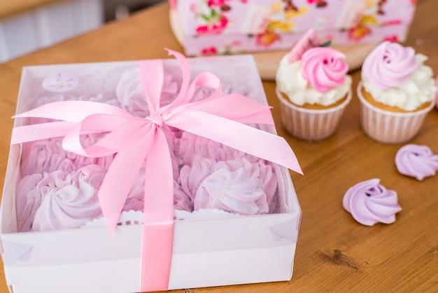 Крупный план подарочной коробки с домашним зефиром