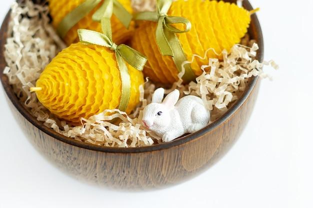 부활절 달걀 모양의 인테리어를위한 노란색 장식 천연 밀랍 꿀 양초의 선물 세트 닫습니다