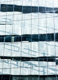 Крупным планом экстерьера стеклянного здания