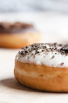 艶をかけられたチョコレートドーナツのクローズアップ