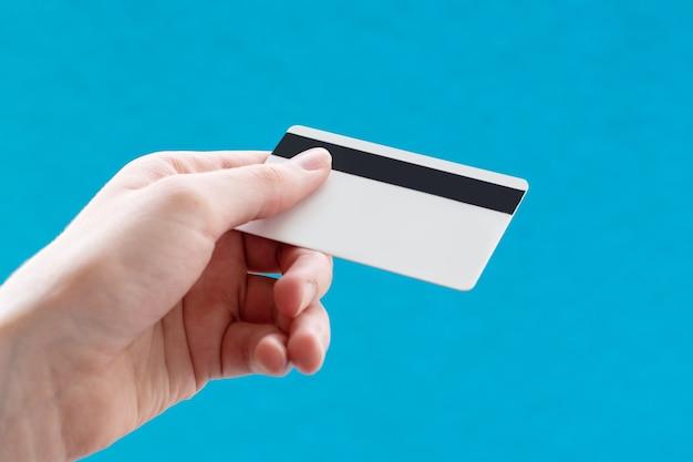 신용 카드를 들고 손 클로즈업