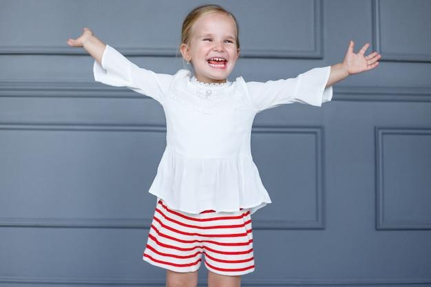 白いブラウスで幸せな子供のクローズアップ