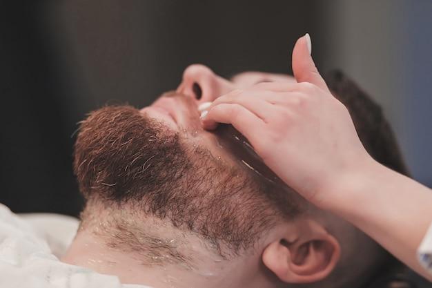 理髪店で流行に敏感な男のひげのクローズアップ