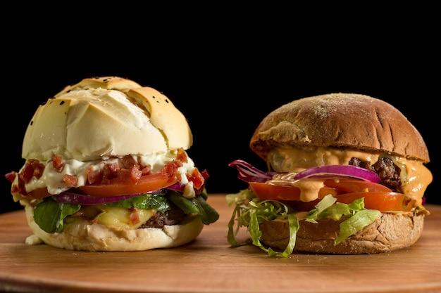 チョッピング木の板に自家製ハンバーガーのクローズアップ