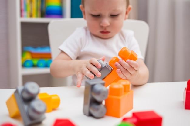 Крупный план ребенка, играющего в конструктор