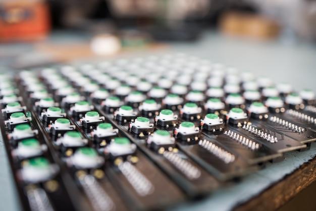 녹색 표시등의 led 패널 클로즈업은 자동 제어 시스템의 생산에 있습니다. 군사 및 전략적 목적을 위한 장비의 산업 생산 개념