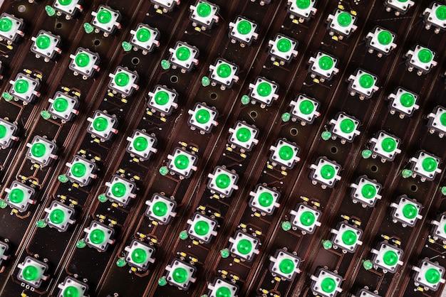 녹색 표시등의 led 패널 클로즈업이 생산 중입니다. 군사 및 전략적 목적을 위한 장비의 산업 생산 개념