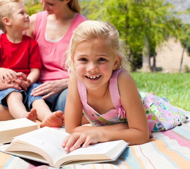 ピクニック、読書、小さい、女の子、クローズアップ