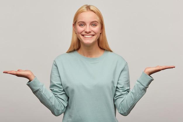 幸せな喜んで笑顔を探して、長い髪を下にして素敵な金髪の若い女性のクローズアップ