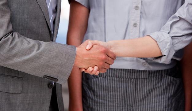 Крупный план счастливый businessteam, заключивший сделку