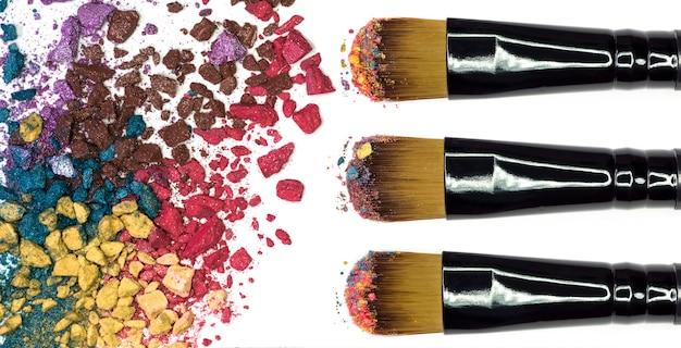 Крупным планом макияж порошок и измельченные тени для век