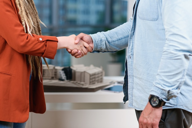 署名の良いビジネス合意の後、お互いに揺れている男性と女性の手のクローズアップ。成功するビジネスコンセプト。