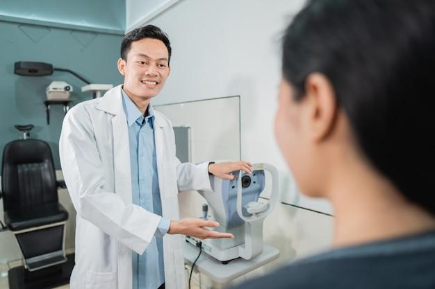 病院の診察室で女性患者と制服を着た男性医師のクローズアップ
