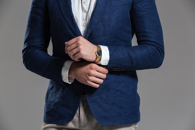 Крупным планом человека, одетого в куртку