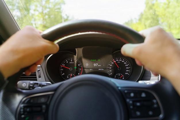 車を運転する男のクローズアップ