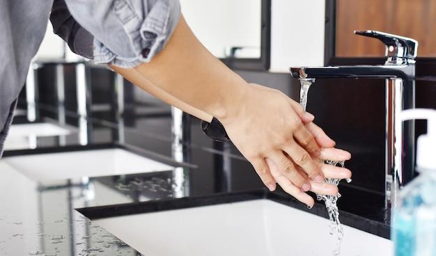 비누, 위생 개념으로 손을 씻는 동안 남자의 닫습니다