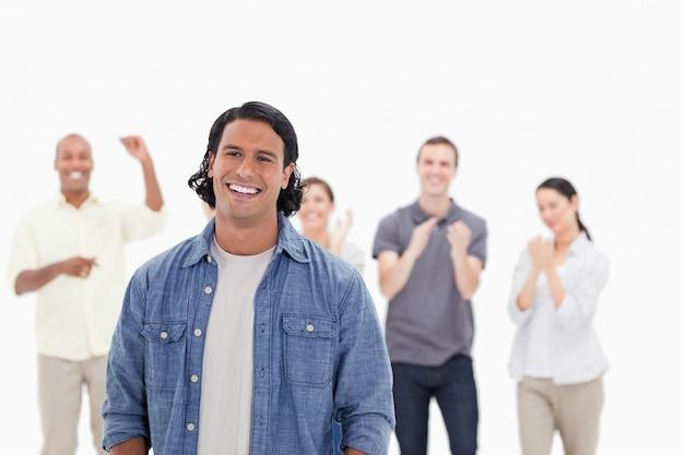 拍手している人々と笑う男のクローズアップ