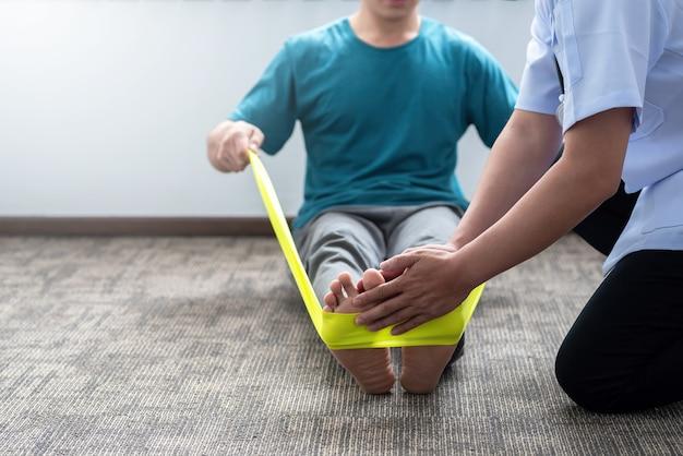 클리닉에서 물리 치료를 연습하는 남자의 클로즈업.