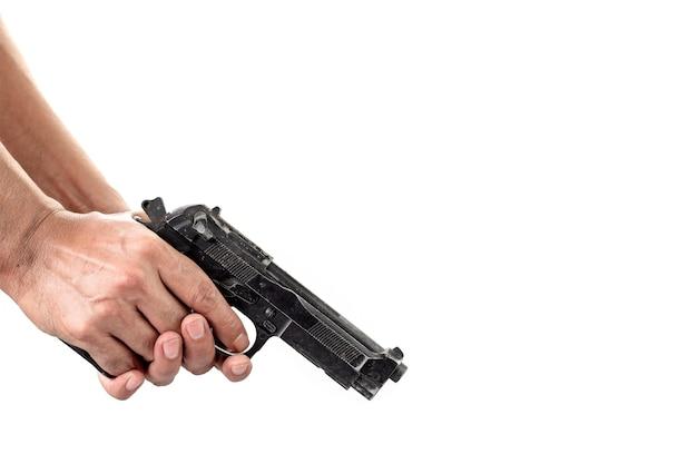 銃を検査し、チェックする男の手のクローズアップ Premium写真