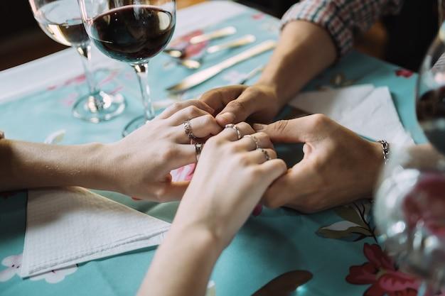 여자의 섬세한 손을 잡고 남자의 손 클로즈업.