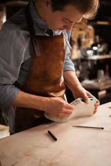 働く男性の靴屋のクローズアップ