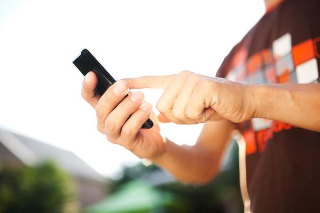모바일 스마트 폰을 사용하는 사람의 닫습니다