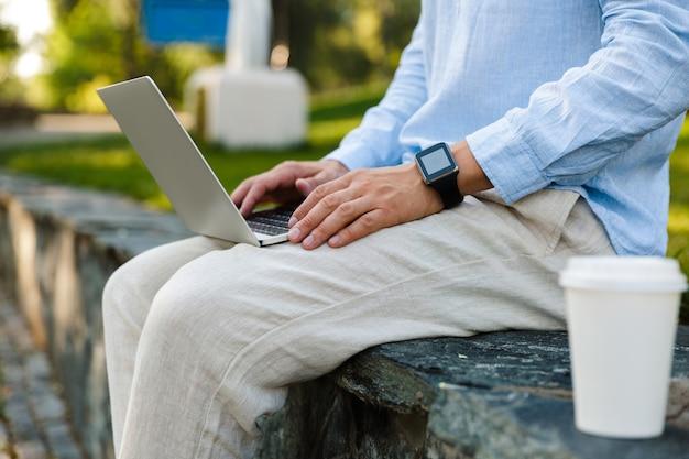 ラップトップコンピューターで作業している男のクローズアップ