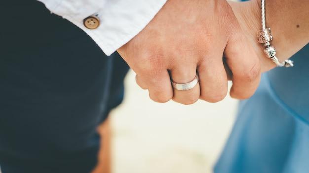 Крупным планом супружеская пара, держась за руки