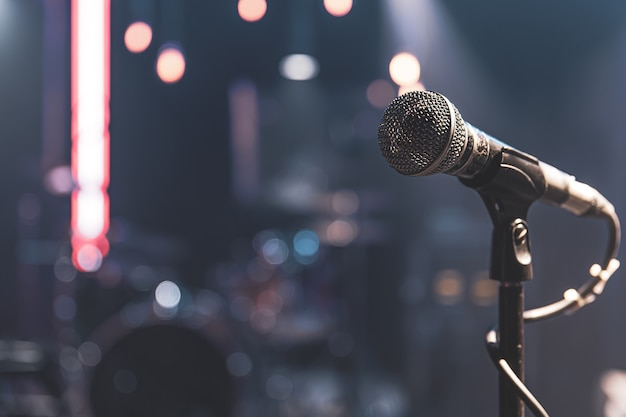 아름 다운 조명 콘서트 무대에서 마이크 닫습니다.