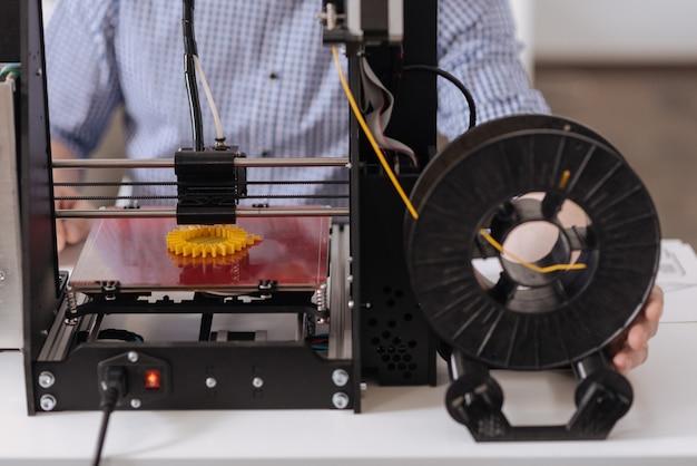테이블에 머무르는 동안 새로운 3d 개체를 만드는 현대 3d 프린터 닫습니다