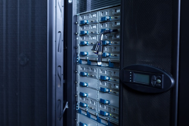 Крупным планом современный сетевой сервер, стоящий в центре обработки данных, готовый к использованию