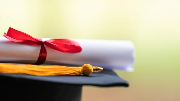 Крупный план ступки и диплома на столе. сток фото
