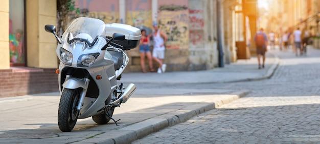 도시 거리 쪽에 주차된 오토바이 닫습니다.
