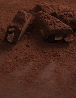 粉で覆われた自然な自家製ダークチョコレートのクローズアップ