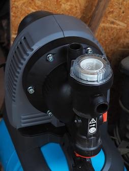 가정용 물 펌핑 스테이션의 일부 클로즈업. 가정용 급수 장비