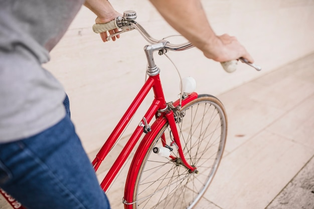 自転車に乗っている人のクローズアップ