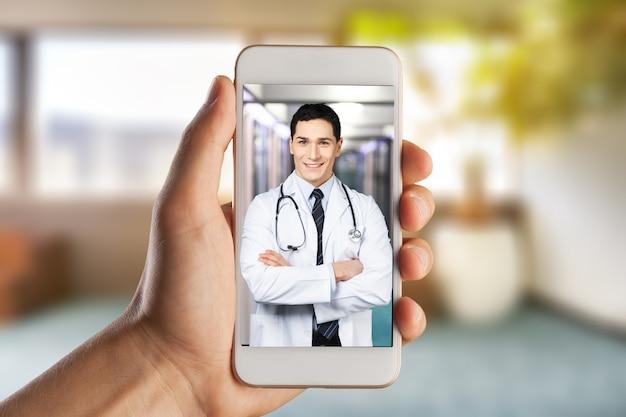 Крупный план видеоконференцсвязи человека с врачом