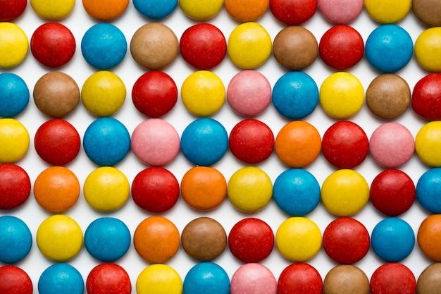 カラフルなチョコレートでコーティングされたキャンディー、チョコレートのパターン、チョコレートの背景の山のクローズアップ