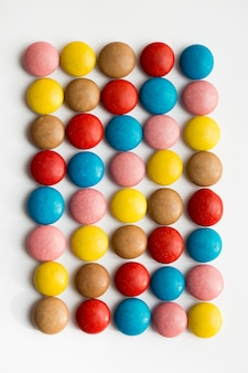 다채로운 초콜릿 코팅 사탕, 초콜릿 패턴, 초콜릿 배경 더미의 닫기