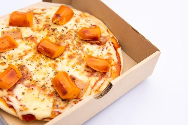 흰색 배경에 골 판지 상자에 피자 닫습니다 피자 배달입니다. 피자 메뉴.