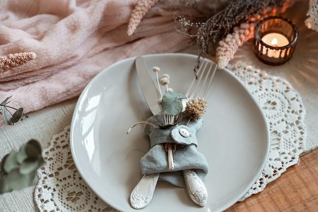 말린 된 꽃으로 장식 된 칼 붙이 접시의 클로즈업.