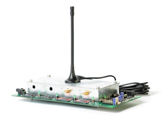 アンテナとワイヤーを備えた無線デバイスと、チップが立っている回路基板の拡大図。軍事機器および装置の概念。広告スペース