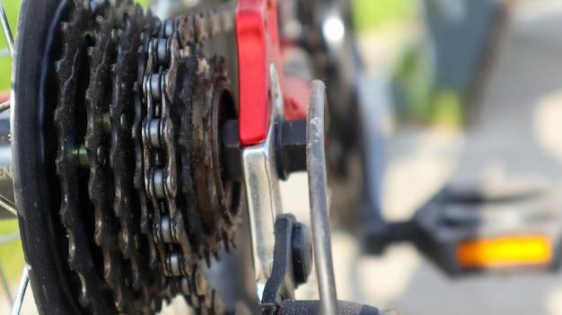 現代のマウンテンバイクの後輪にあるギアシフトスプロケットの後部セットの拡大図