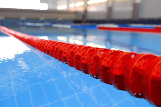 屋内プールの赤いブイのクローズアップ