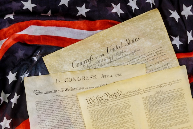 Крупным планом реплики документа сша американской конституции мы люди с флагом сша.
